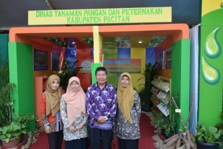 Stan pameran Dinas Tanaman Pangan dan Peternakan Kabupaten Pacitan di gebyar Hari                                          Krida Pertanian ke-43, Selasa (6/10)